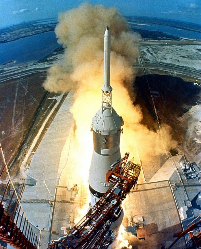 start rakety Saturn 5 s kosmickou lodí Apollo 11 (foto: NASA, restored by Michel Vuijlsteke, public domain)