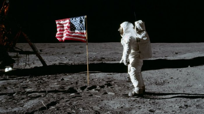 Astronaut Buzz Aldrin with the US flag on the Moon (foto: NASA/Neil Armstrong, public domain)