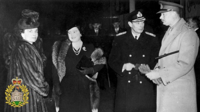 King George VI and Princess Elisabeth (in the middle, photo: National Library of Australia, public domain)