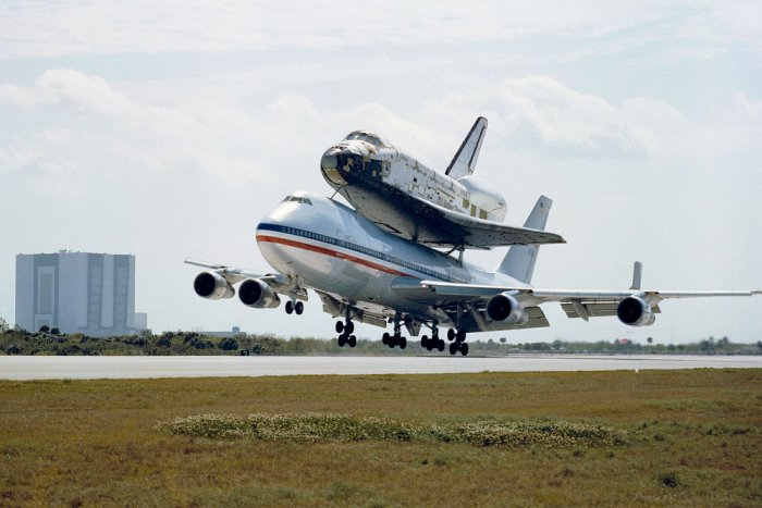 Space Shuttle Columbia, transport to space center using airplane NASA 905 (photo: NASA, public domain)