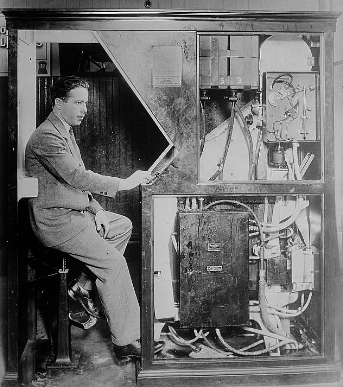 Anatol Josepho ve svém fotoautomatu (foto: Library of Congress Archive, public domain)